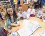 Z wizyta w bibliotece-zajecia kolka czytelniczego